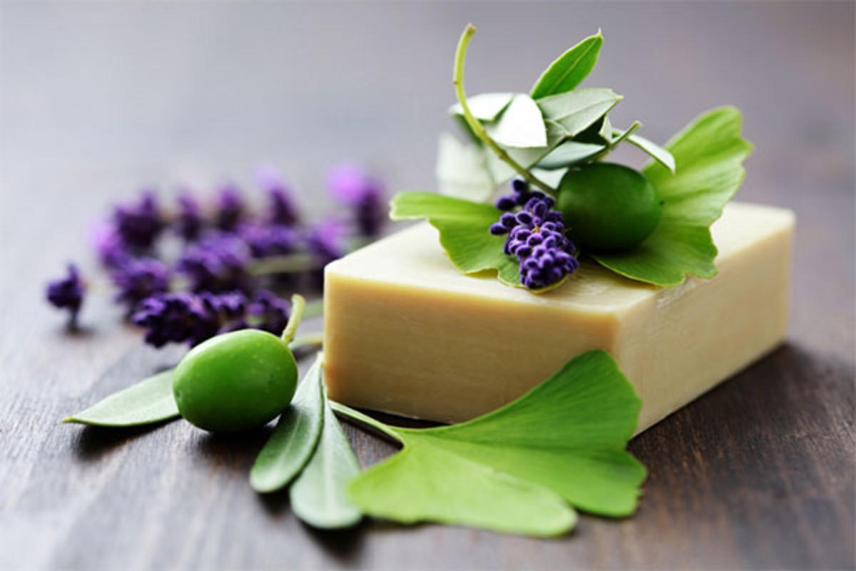 В народной медицине хозяйственное мыло популярно благодаря его бактерицидным свойствам и натуральному составу. А именно в случаях, связанных с предотвращением попадания инфекции в раны, нагноениях, для снятия отеков, нарывов, при ушибах, ожогах и лечения прыщей – им просто смазывают кожу. Хозяйственным мылом можно чистить даже зубы.